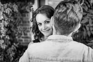 Pärchen beim Paarshooting zur baldigen Hochzeit, mit dem Hochzeitsfotografen in Hamburg