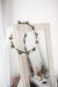 Brautkranz hängt über dem Spiegel
