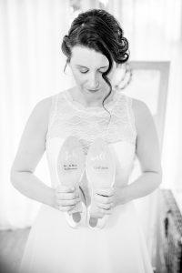 Braut hät Brautschuhe mit beschrifteter Sohle für die Hochzeit