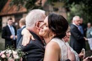 Braut umarmt Hochzeitsgast