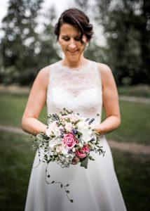 Brautstrauß von der Braut gehalten