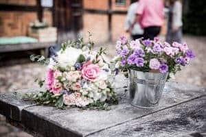 Brautstrauß und Blumen auf der Hochzeitsfeier