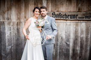 Brautpaar vor der Hofscheune