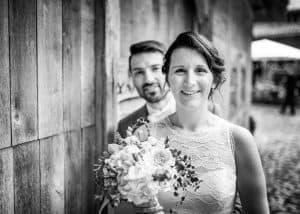 Brautpaar steht vor dem Bräutigam