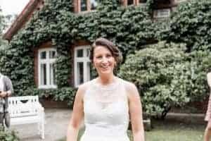 lachende Braut nach dem Sägen