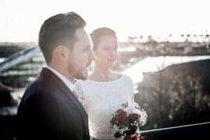 Brautpaar am Altonaer Balkon und dem Dockland im Hintergrund