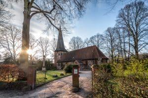 Kirche Alt-Rahlstedt mit Sonnenschein im Frühling